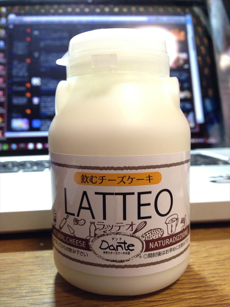 コンビニのドリンクコーナーに売っていた洋生菓子「LATTEO」は、チーズケーキ風味の飲むヨーグルトだ