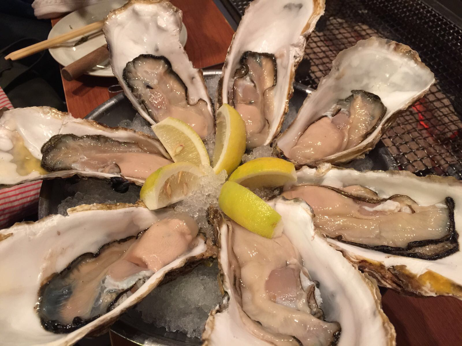 恵比寿の牡蠣専門店・「かき小屋」で数種類の生牡蠣、焼き牡蠣、調理牡蠣を美味しく頂いてきました