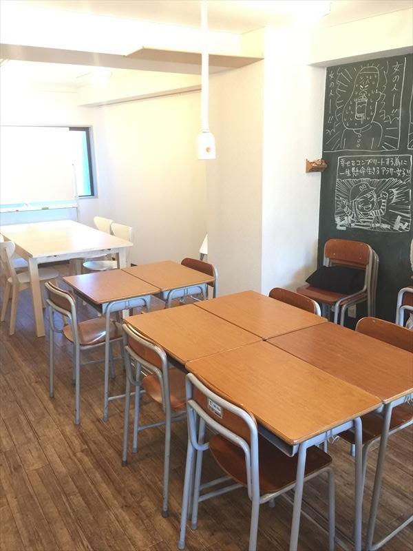 「班」で活動する時を思い出させる2×2の机配置。 上から電源が下りてきています。