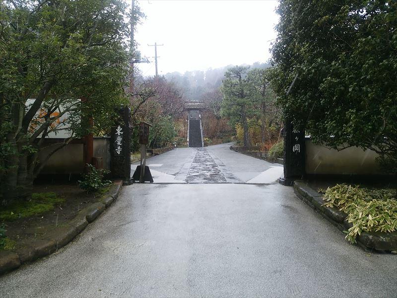 鎌倉街道の歩道から撮影した東慶寺。この門のあたりが「大門」で、いわゆる駆込みが成就したかどうかの境界になる場所だったようです。