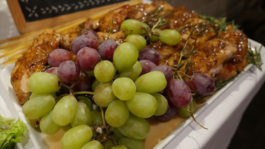 お肉とブドウ