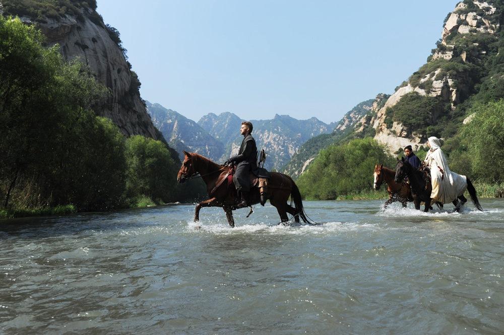 川と崖と馬と