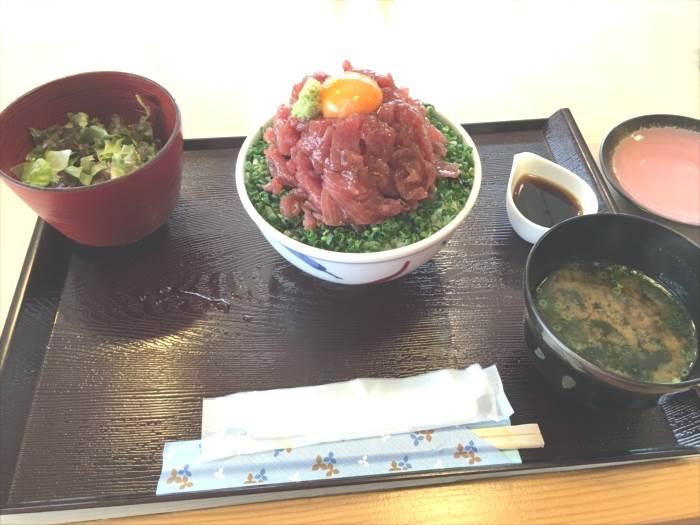 お味噌汁・サラダ・ユッケ丼の構成です。普通の醤油ではなさげなタレと小皿もついていました。