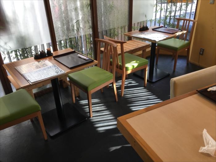 カウンターは実質8席、テーブル席は20席くらい、奥にお座敷もあります。