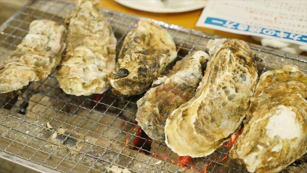 広島産の牡蠣をならべて焼きます