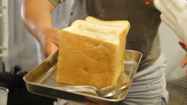 11牡蠣のクラムチャウダーはパン一斤で登場!