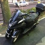前が二輪のスクーター「トリシティ(TRICITY)」をお借りして試乗しています。安定感バツグン!