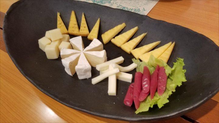 ヤギの乳を使ったチーズや常陸牛・茨城県産豚を使ったサラミなどの盛り合わせ
