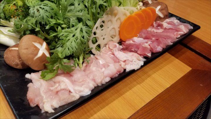 奥久慈の軍鶏鍋Withすきやき。鶏は胸肉、もも肉を使っています。