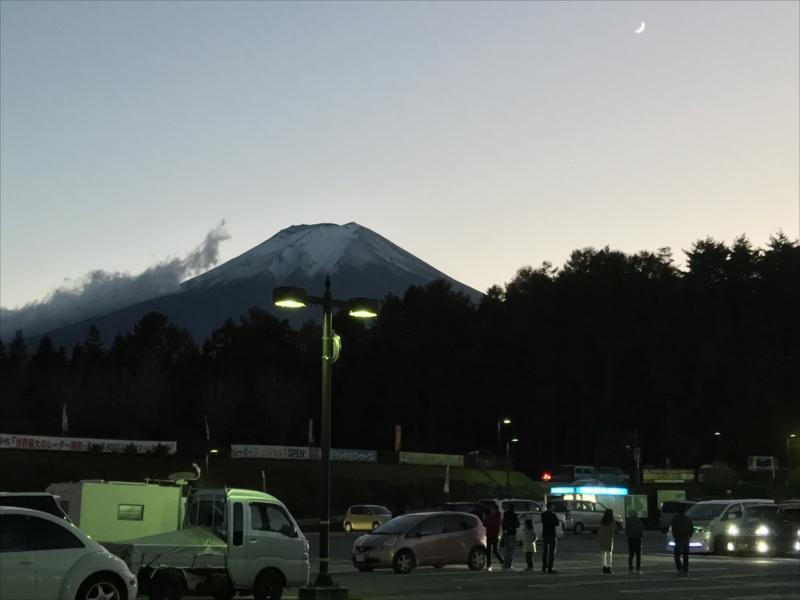 夕暮れの富士山を道の駅から