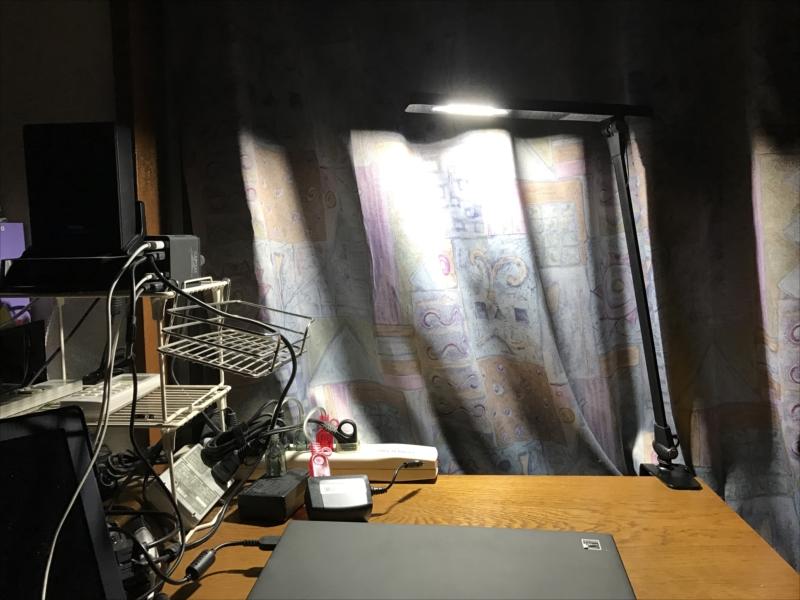 現在使っているデスクライトの照射範囲。狭い