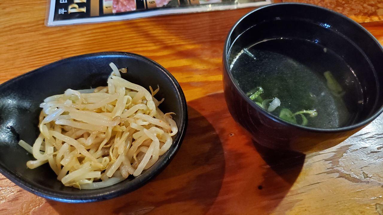 もやしナムルの小鉢にわかめスープ、あとはライス