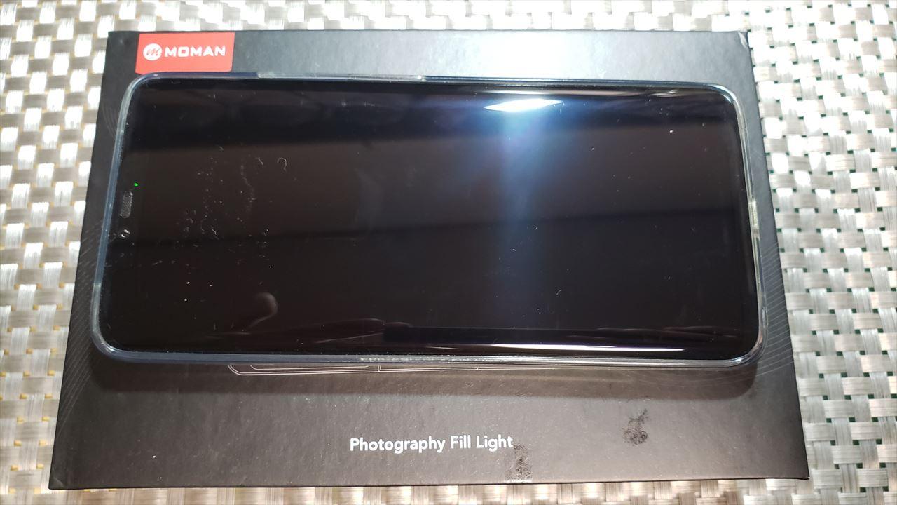 MOMAN 96LEDビデオライトのパッケージはスマホサイズ