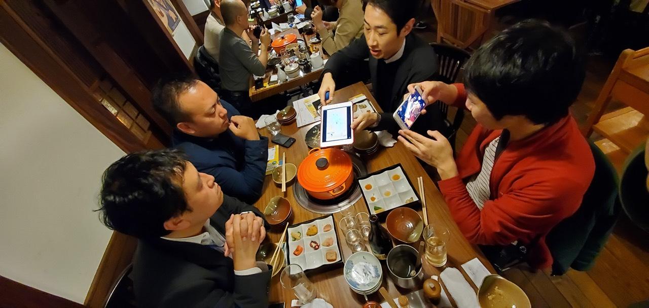 担当者と参加者が料理を楽しみながらサービスについて語り合う